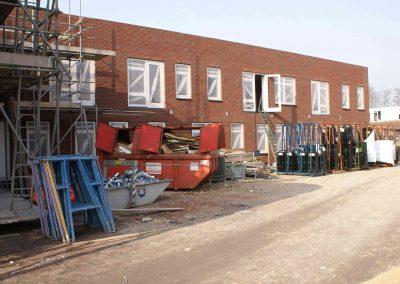 2015-04-10-zijkant-hoofdingang-dakpannen-leggen-1