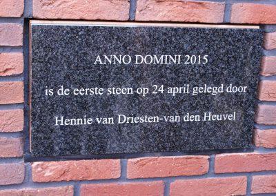 2015-04-24-eerste-steenlegging-door-Hennie-van-Driesten-van-de-Heuvel-131