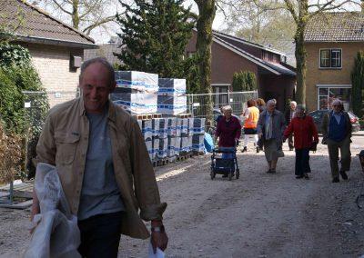 2015-04-24-eerste-steenlegging-door-Hennie-van-Driesten-van-de-Heuvel-20