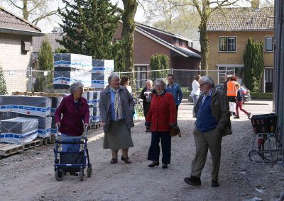 2015-04-24-eerste-steenlegging-door-Hennie-van-Driesten-van-de-Heuvel-21