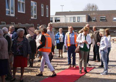 2015-04-24-eerste-steenlegging-door-Hennie-van-Driesten-van-de-Heuvel-29