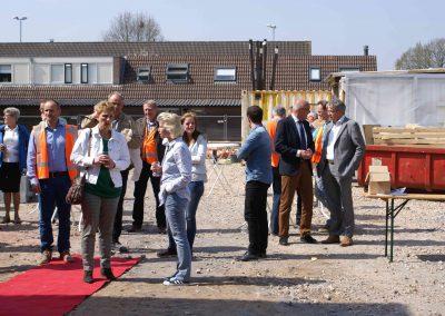 2015-04-24-eerste-steenlegging-door-Hennie-van-Driesten-van-de-Heuvel-30