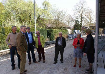 2015-04-24-eerste-steenlegging-door-Hennie-van-Driesten-van-de-Heuvel-35