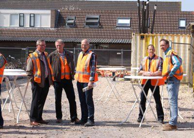 2015-04-24-eerste-steenlegging-door-Hennie-van-Driesten-van-de-Heuvel-5