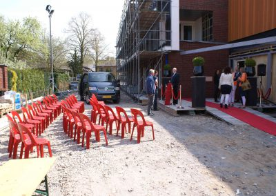 2015-04-24-eerste-steenlegging-door-Hennie-van-Driesten-van-de-Heuvel-7