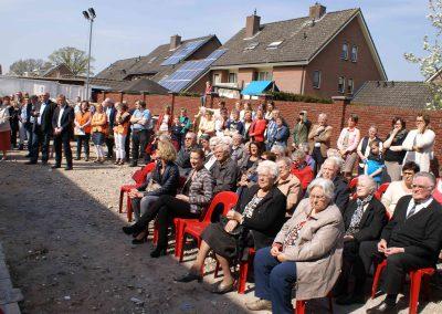 2015-04-24-eerste-steenlegging-door-Hennie-van-Driesten-van-de-Heuvel-74