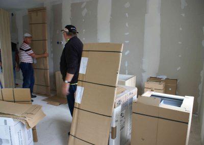 2015-07-13-keukens-uitladen-door-vrijwilligers-47