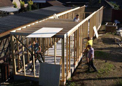 2015-08-29-vrijwilligers-bouwen-opbergruimte-10