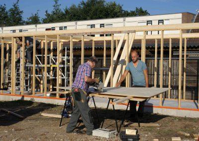 2015-08-29-vrijwilligers-bouwen-opbergruimte-2