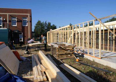 2015-08-29-vrijwilligers-bouwen-opbergruimte-3
