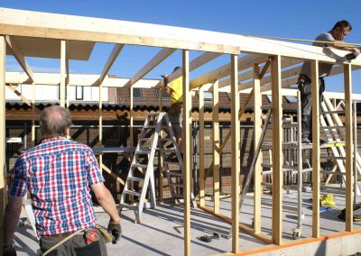 2015-08-29-vrijwilligers-bouwen-opbergruimte-6